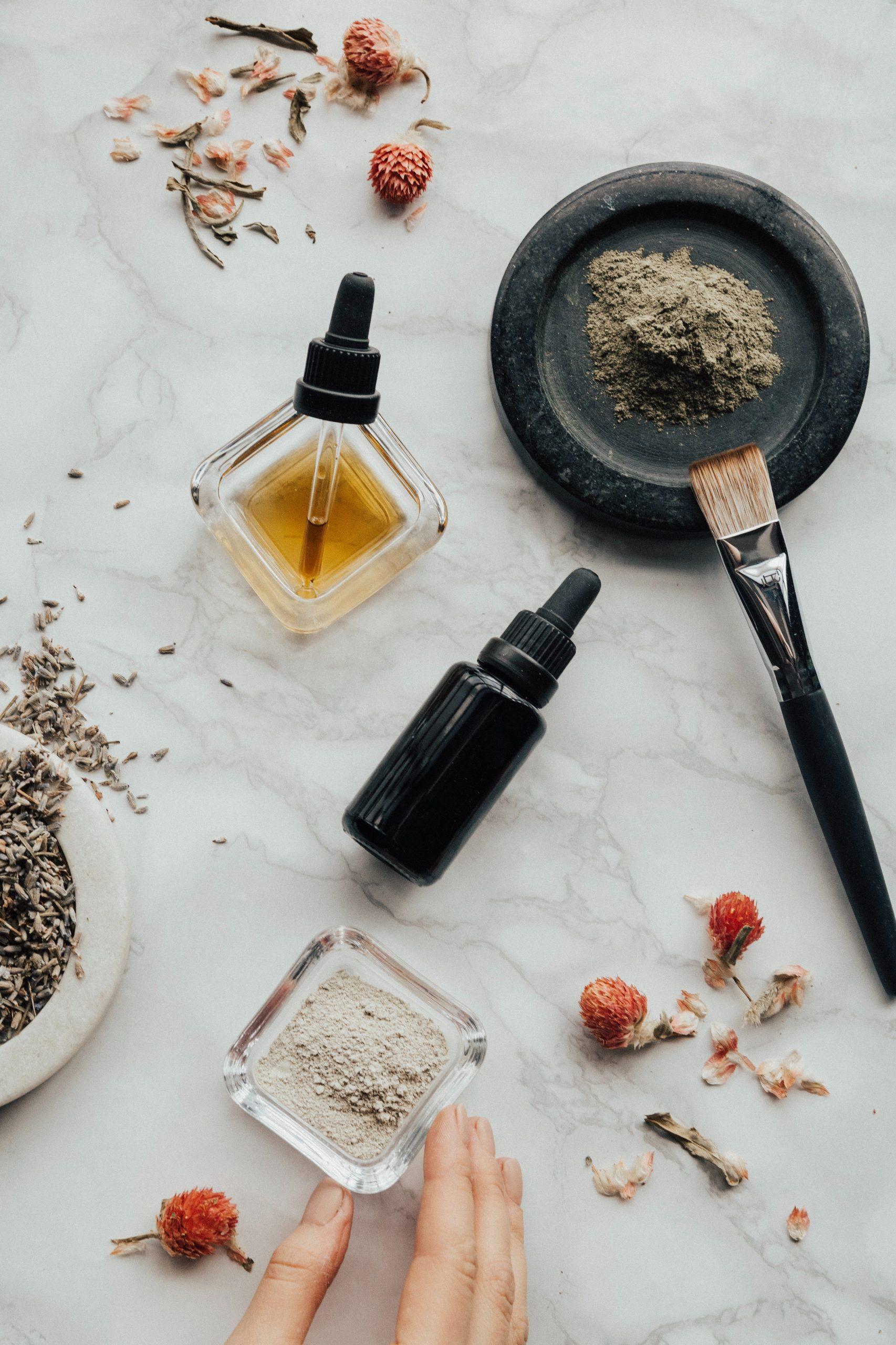 Nous vous dévoilons tous les petits secrets et recettes maison grâce au miel. Le miel comme éclaircissement des cheveux, en soin, et contre les désagréments des saisons, pour le bien de votre peau…