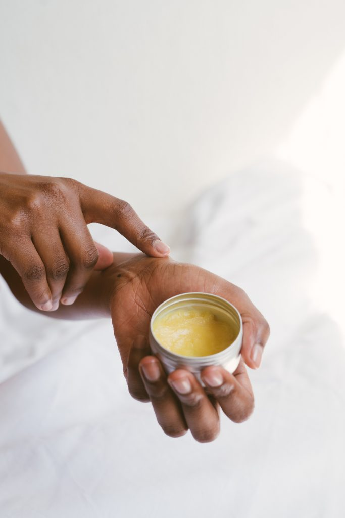 La cire d'abeille, le miel : des produits naturels à haute valeur protectrice. Aujourd'hui nous vous proposons de fabriquer vos propres soins, maison, avec des ingrédients 100% naturels…